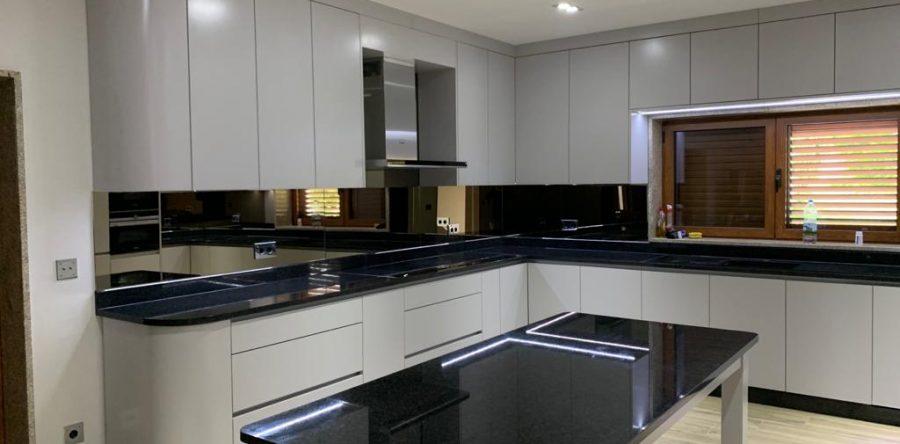 Cozinha lacada com mármore preto